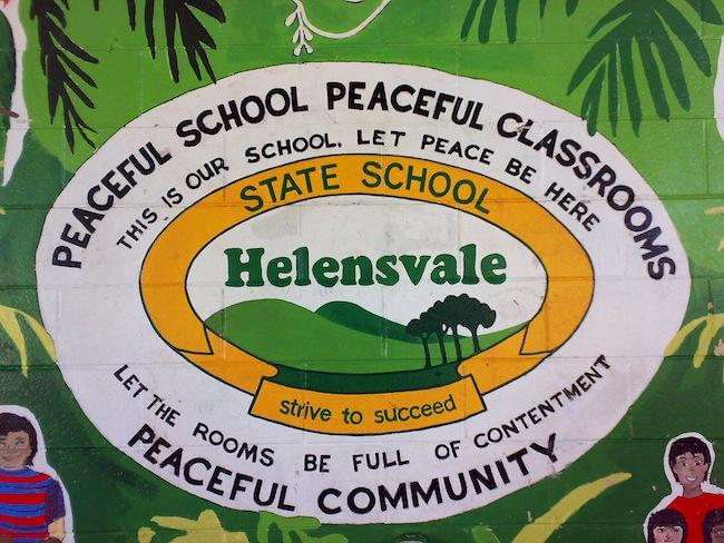 สัญลักษณ์ของโรงเรียน Helensvale State ที่กำแพงโรงเรียน : ภาพจาก helensvaless.eq.edu.au