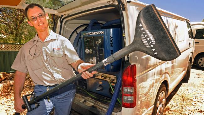 นาย Peter Cobern  จากบริษัทคลีนเนอร์ Vac-Mop กับรถแวนและอุปกรณ์หากินของเขา : ภาพชั่วคราวจากนสพ. The NT News