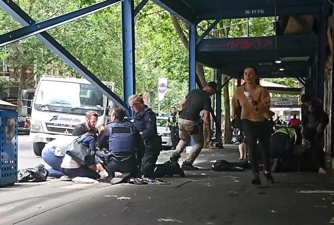 ตำรวจและประชาชนเข้าช่วยผู้ประสบเหตุถูกรถของนาย Dimitrious Gargasoulas ไล่ชนไปตามถนน : ภาพจาก Metro.co.uk