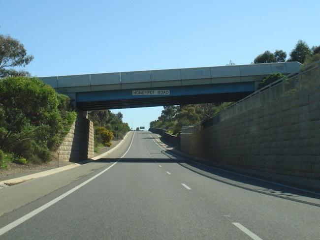 เส้นทางด่วน Southern Expway. ขณะวิ่งขึ้นเหนือถึงสะพานถนน Honeypot Rd . ในย่าน Noarlunga Downs ของนครแอดิเลด : ภาพจากการทางหลวงรัฐเซาท์ออสเตรเลีย