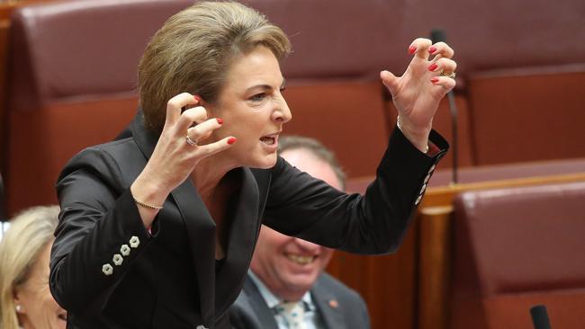 นาง Michaelia Cash ร.มว.การจ้างงาน นางสิงห์หมายเลขหนึ่งดันกฎหมายเพิ่มโทษ 10 เท่า : ภาพชั่วคราวจาก news.com.au