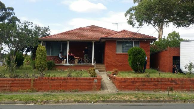 ตำรวจที่ภายนอกบ้านที่ย่าน Cabramatta West : ภาพชั่วคราวจากนสพ. The Telegraph