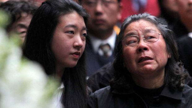 น.ส. Brenda Lin และนาง Feng Qing Zhu ผู้เป็นย่าในงานศพครอบครัว Lin ในปี 2009 ที่มาเสียชีวิตในคืนเดียวกันถึง 5 ชีวิต