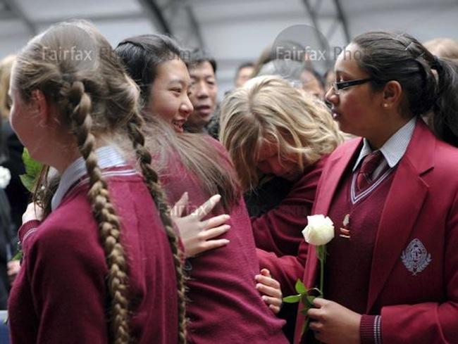 น.ส. Brenda Lin สวมกอดเพื่อนร่วมโรงเรียนที่เข้าร่วมงานศพบิดา, มารดา, น้าสาวและน้องชายทั้งสองของเธอ : ภาพจากสำนักข่าว Fairfax